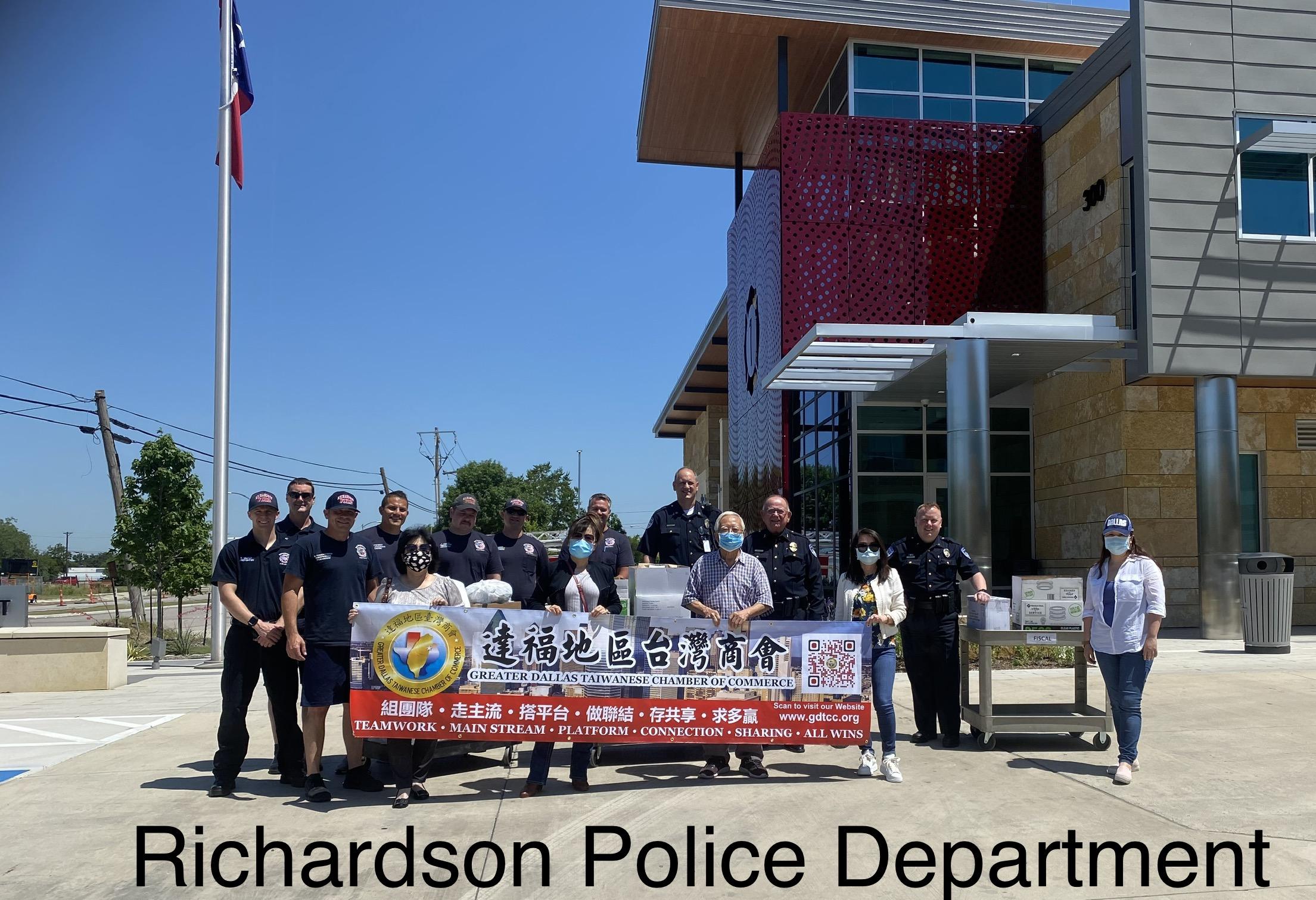 Richardson市警局值班警員在門口迎接達福台商會一行。