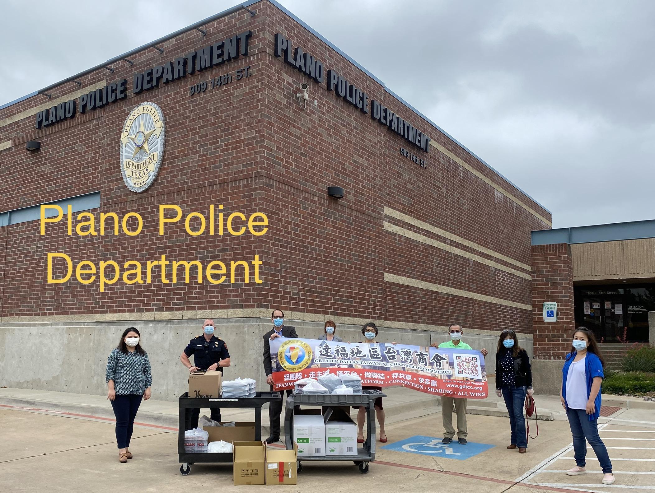 逹福台灣商會會長陳文珊(右二)與所有義工到Plano警察局送美味午餐,向警察致敬。