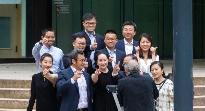 孟晚舟在法院門口拍照並開心比出「勝利」手勢。(取材自CBC官網)
