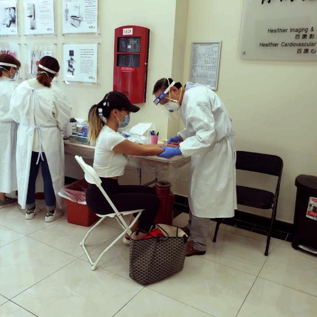 民众检测新冠抗体。(记者张晨/摄影)