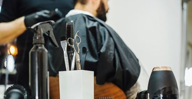 目前南加州五個縣已放寬限制,理髮美容院可開放營業,但洛縣除外。(KTLA電視台)