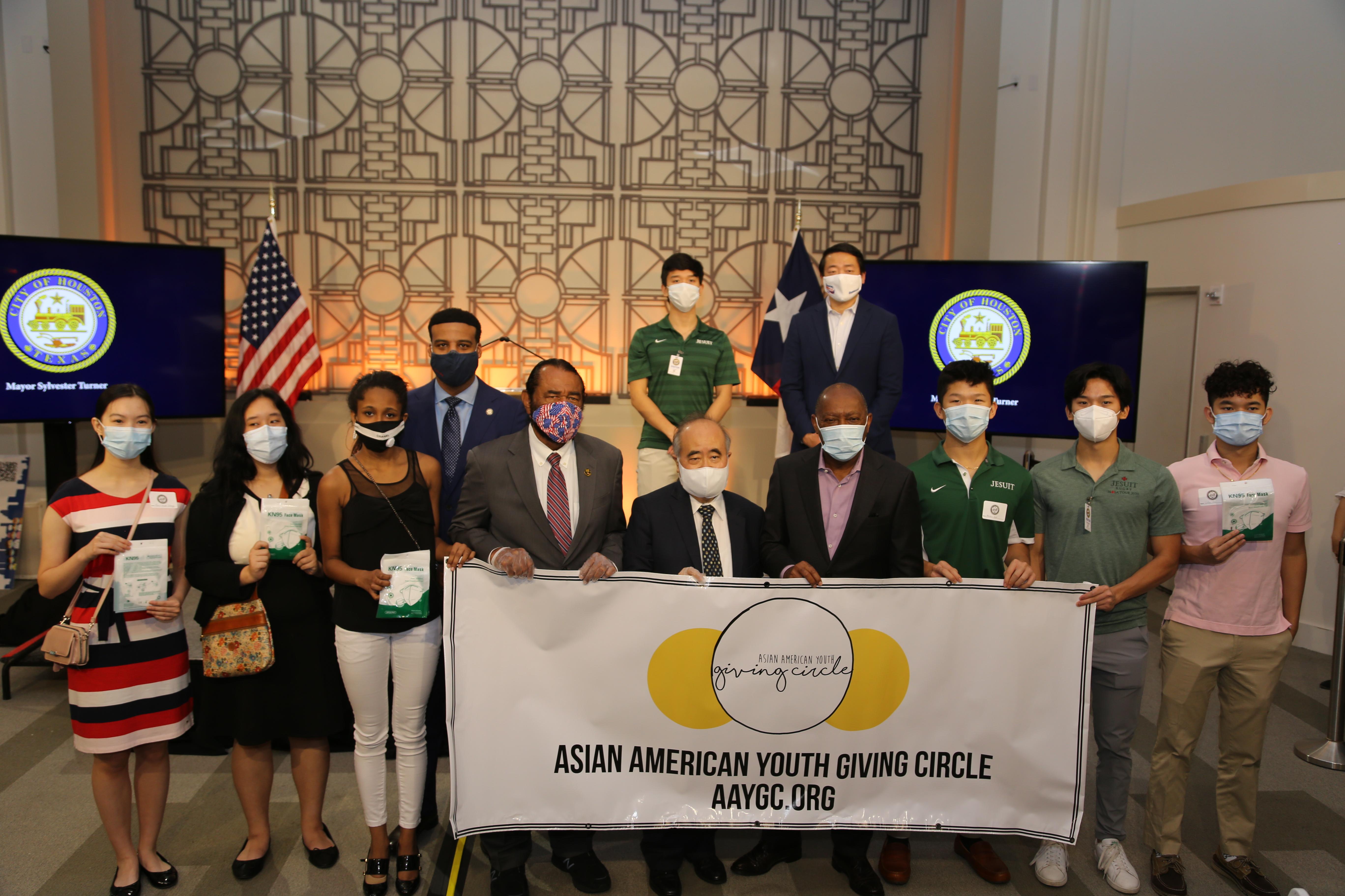 年輕一代的公益團體(AAYGC)在李雄(前排右五)的帶領下與透納市長(前排右四)、國會議員Al Green(前排左四)合影,傳承意味濃厚。