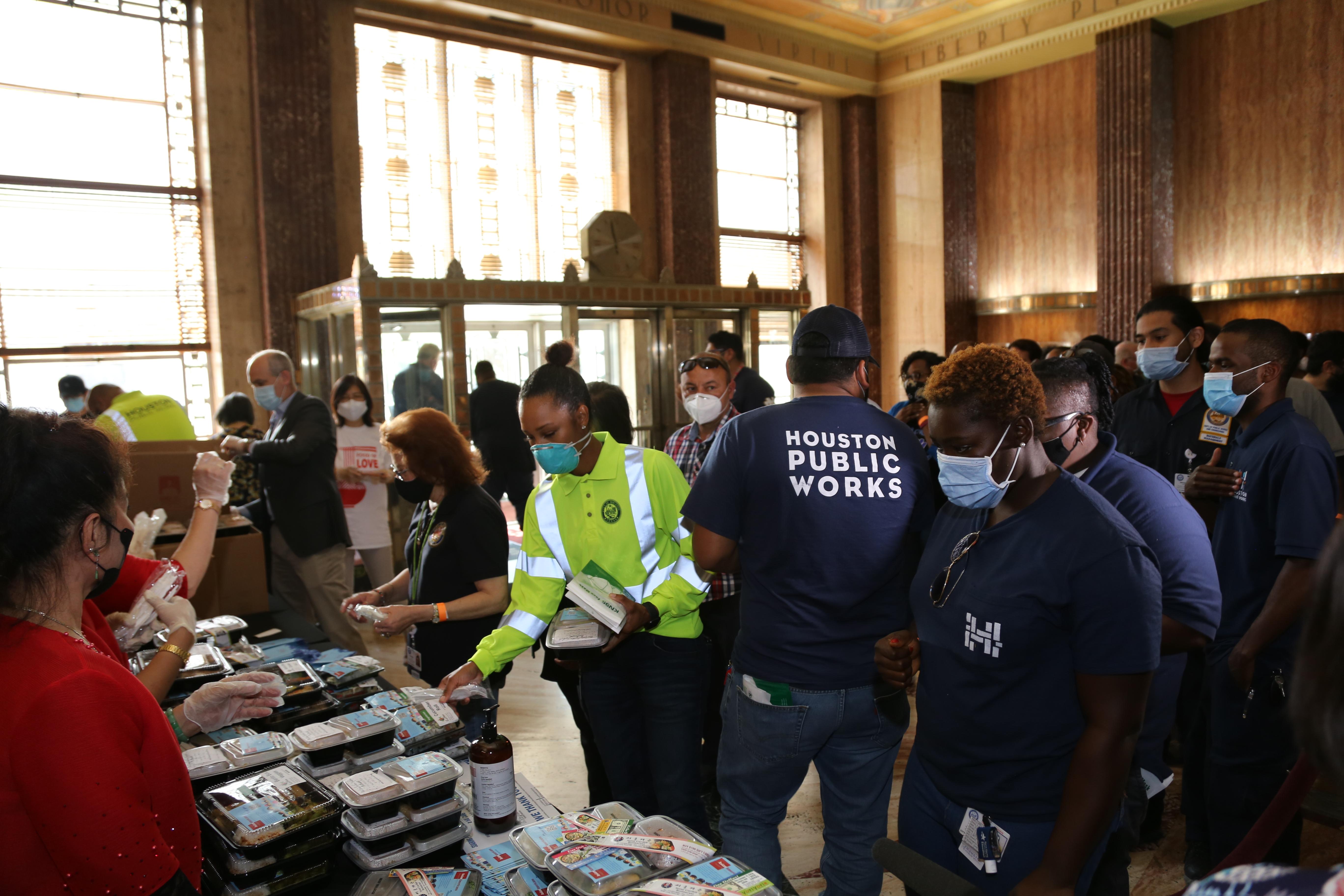 市府員工利用中午休息時間踴躍前來領飯盒。