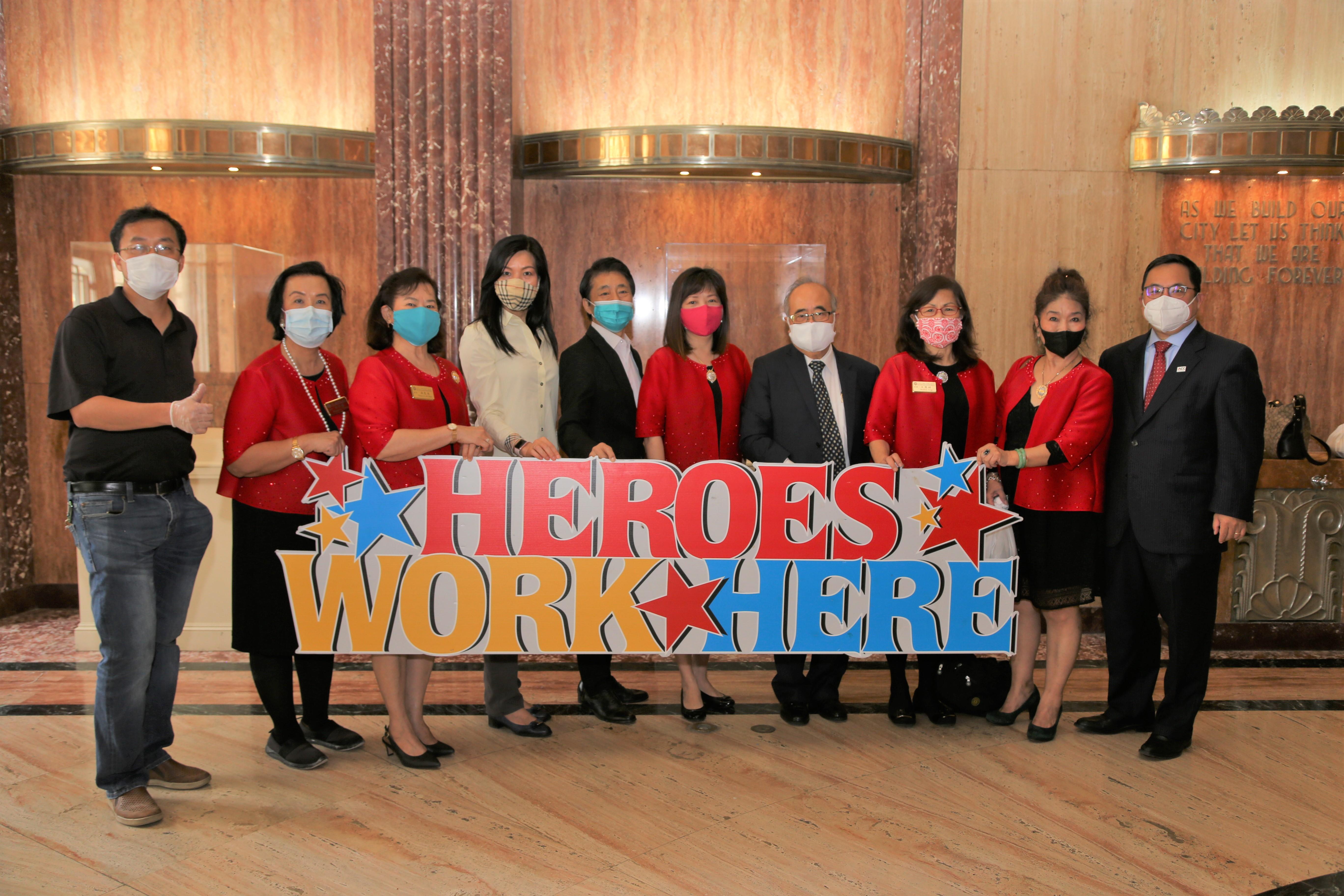 世華婦女工商協會全球總會前會長黎淑瑛(右五)、休士頓分會會長洪良冰(左三)等到休士頓市政廳當義工。