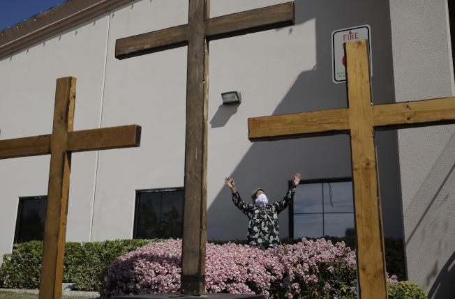 美國死於新冠病毒已逼近10萬人。圖為在內華達州拉斯維加斯市一處教會,牧師烏拉巴左在禮拜前向神祝禱。(美聯社)