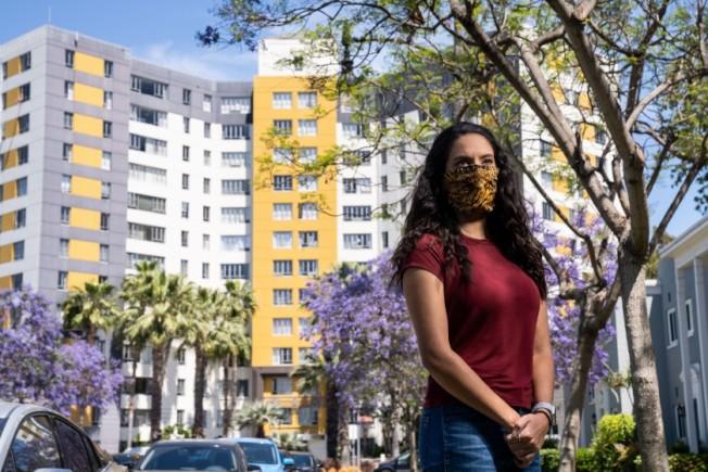住在加州最大公寓社區布雷亞公園的居民,面對新冠肺炎疫情挑戰大。(洛杉磯時報)