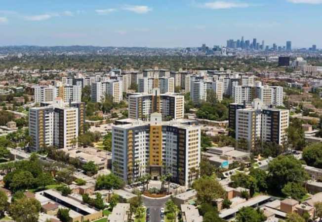 布雷亞公園公寓社區是加州最大的公寓社區,共有4245戶高樓與花園式公寓住宅,居民逾萬人。(取材自apartmentguide.com)