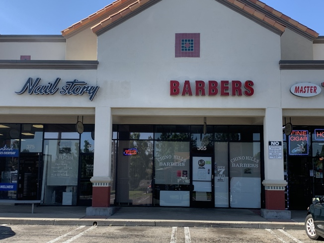 在奇諾岡市Chino Hills Pkwy上的一家美髮店業者說,正等待縣府重啟開業通知,預計在27日重新開業。(記者啟鉻/攝影)