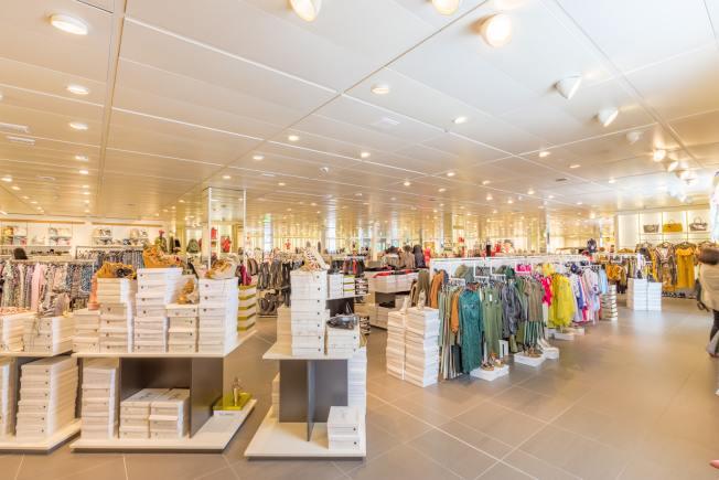 之前人流湧動的購物中心,現在卻是冷冷清清。對於零售業來講,經濟重開只是新挑戰的開始。(Unsplash網頁)