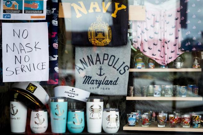 法律專家表示,店家有權要求民眾上門消費必須戴口罩。圖為馬里蘭州一家商店掛出「沒戴口罩,恕不服務」的告示。(Getty Images)