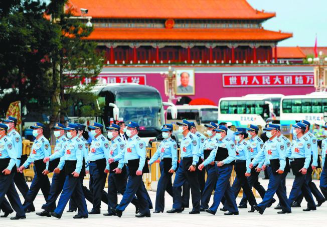 全國人大解放軍和武警部隊代表團的代表們走向人民大會堂會場。(中新社)