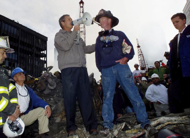 2001年,九一一 恐襲紐約市後,當時小布希總統親自飛到紐約世貿大樓廢墟,站在瓦礫上向全美發表談話,安定人心。(美聯社)