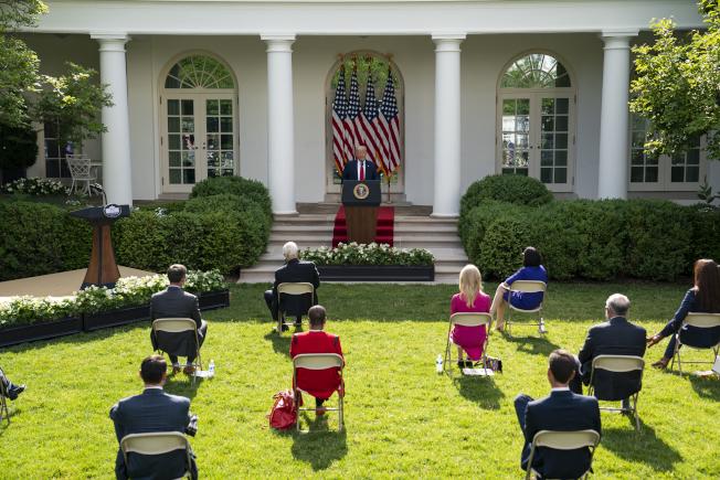 川普總統26日在白宮前草坪舉行疫情記者會。(美聯社)