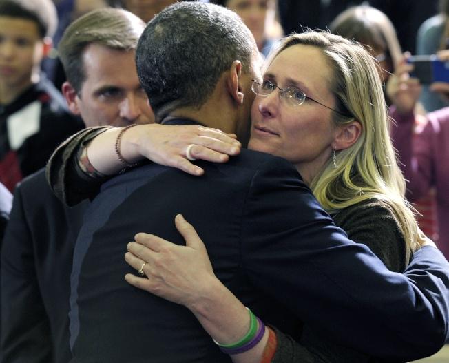 2012年12月康州虎克小學發生校內濫殺案,26位小學生遇難,舉國震驚。當時歐巴馬總統撫慰家長,癒合全美破碎心靈。(美聯社)