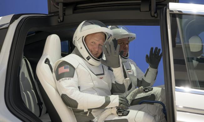 將於27日乘坐「飛龍號」太空艙進入國際太空站的兩位太空人Doug Hurley(左)與Robert Behnken(後),23日前住39A發射台,進行發射前演練。(美聯社)