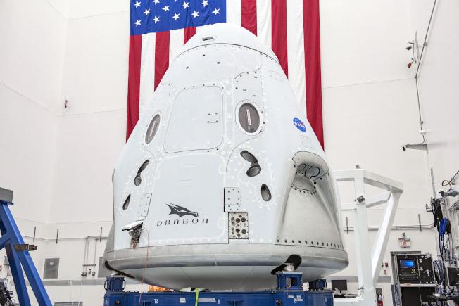 「飛龍號」太空艙將置於「獵鷹九號」重型火箭頂端,推入地球軌道與國際太空站結合。(美聯社)