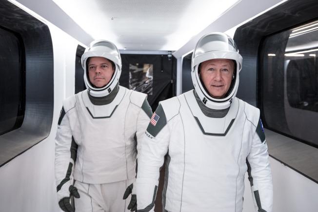 將乘坐「飛龍號」太空艙進入國際太空站的兩位太空人Doug Hurley(右)與Robert  Behnken(左)。(美聯社)