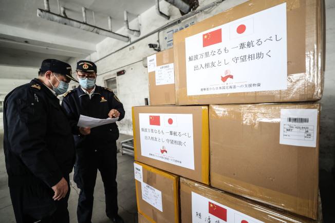 遼寧省早前向日本和南韓捐贈防疫物資,圖為瀋陽海關工作人員對捐贈的物資進行檢查。 (新華社)