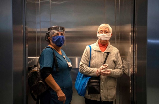 電梯是密閉空間,傳播新冠病毒的風險較大。(Getty Images)