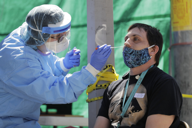 醫生面對面地檢查,存在一定的感染風險。(美聯社)