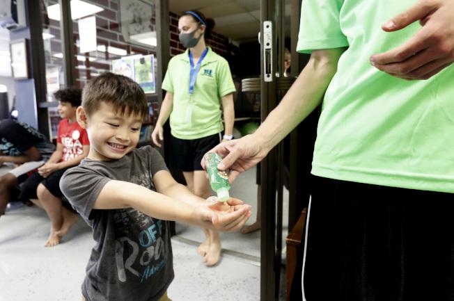 與面部相比,手就是污染的部位,需要常洗。(美聯社)