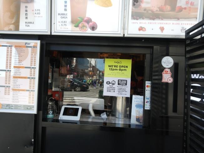 法拉盛緬街上的奶茶店已經開門,但顧客不多。(韓傑/攝影)