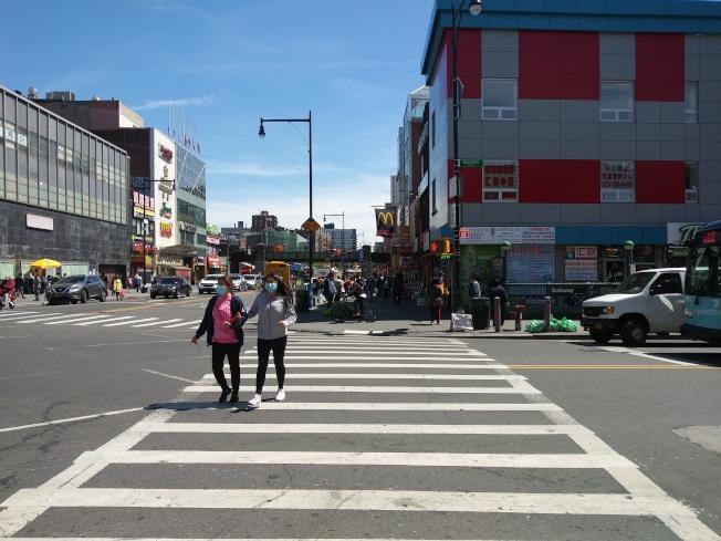 紐約市法拉盛的主街已經開始出現人流。(韓傑/攝影)