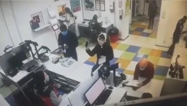 烏克蘭一名女子進郵局領包裹時,因未戴口罩遭拒,沒想到她突然脫下自己的內褲,戴在頭上充當「口罩」領到包裹。 圖/取自urd_news
