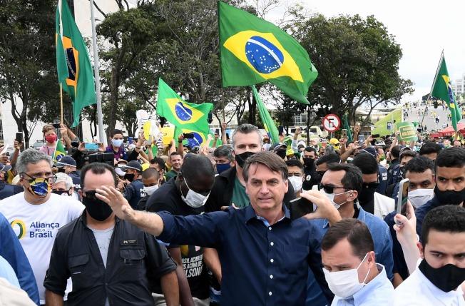 24日,巴西總理波索納洛(Jair Bolsonaro)在一場公眾集會上,與他的支持者見面。(Getty Images)