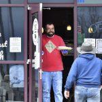 母亲节营业引人潮遭撤照 餐厅老板提告控州长侵权