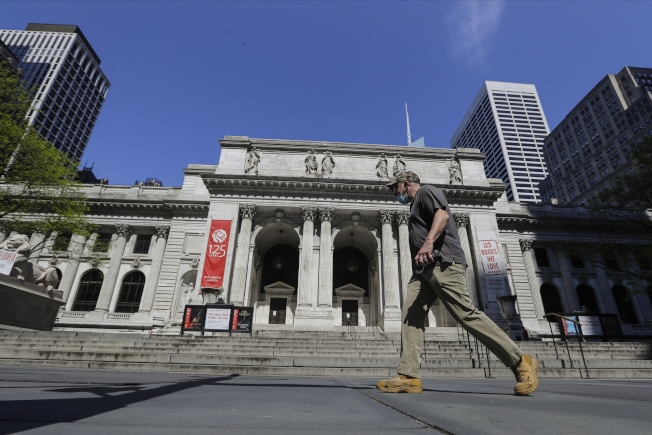 紐約公共圖書館(New York Public Library,圖)可能將實行「路邊領取書籍服務」計畫,會員可通過線上預訂書籍,在安排好的地點無接觸領取書籍。美聯社