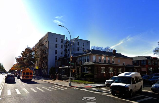 一名色狼日前徘徊在Bay Parkway交77街的一栋住家公寓外,引诱一名女童触摸自己的下体。(取自谷歌地图)