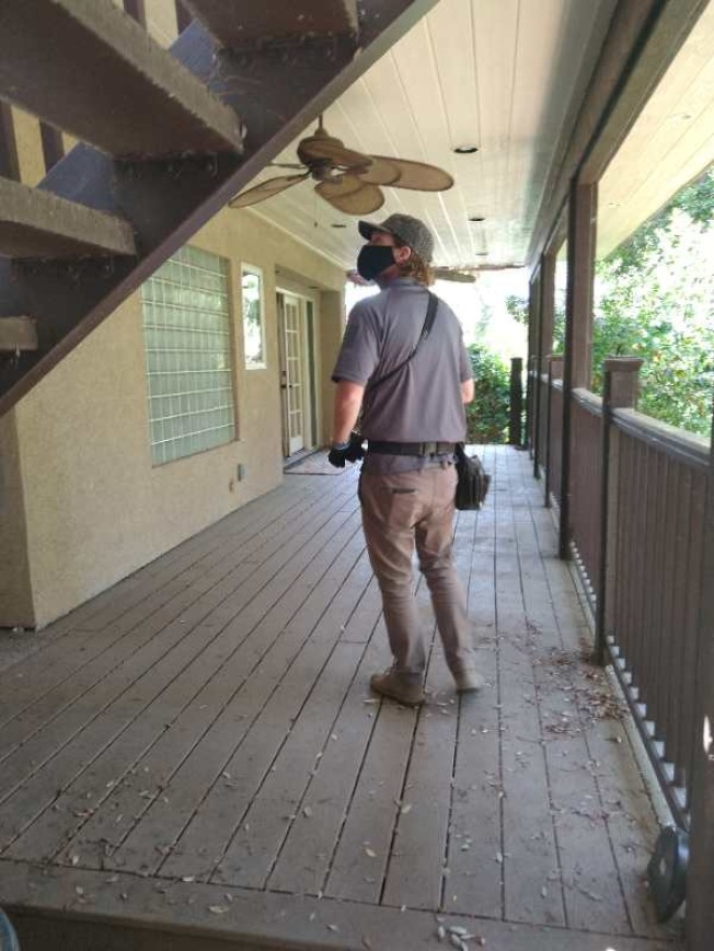 地產經紀為買家直播房屋檢查。(Jimmy劉提供)