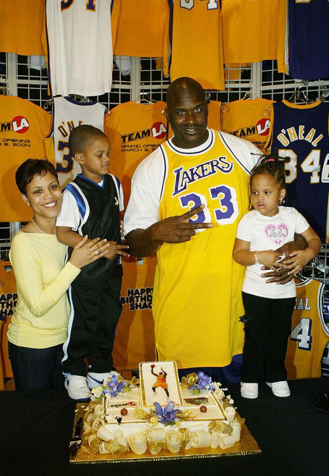歐尼爾與妻子及兒女慶祝他的32歲生日。 (Getty Images)