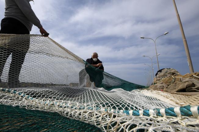 研究發現,在漁網較大孔洞處加裝LED燈照亮出口,能幫助減少混獲。圖為資料照片。(路透)