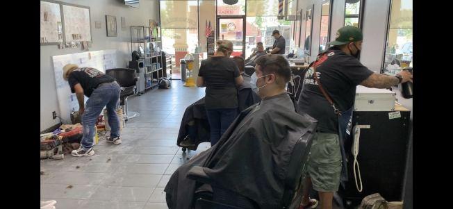 聖伯納汀諾縣當地理髮店27日重新開業情景。(記者啟鉻/攝影)