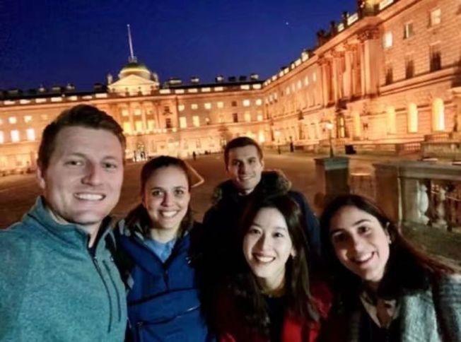 章澤天(前右二)與四位同學在劍橋校園合影。(取材自劍橋大學官網)