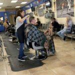 髮廊重啟爆滿 華人業者不急