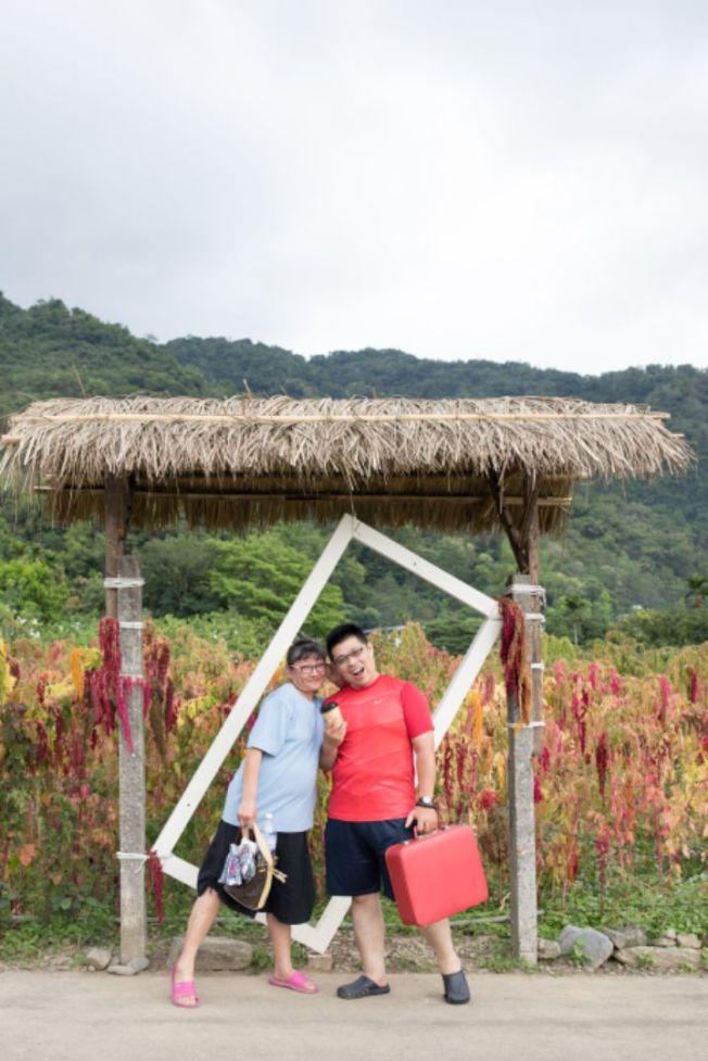 余秋瑾(左起)與周俊宏慶祝孩子成年到美國遊玩,卻意外中風。(周俊宏提供)