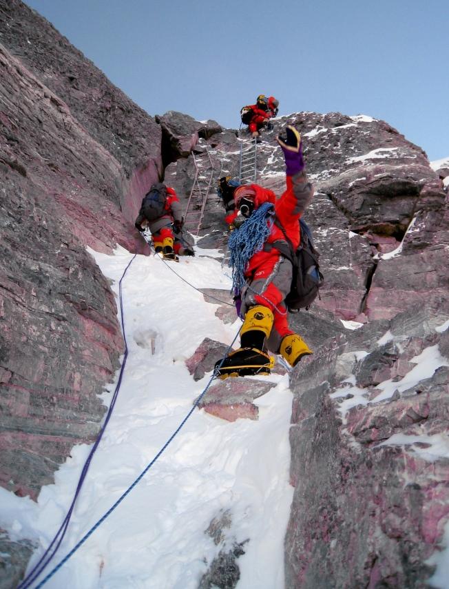 圖為2008年5月7日,承擔珠峰海拔8300米以上修路任務的西藏登山隊隊員和登山學校學員在海拔8700米第二台階處修復道路。西藏登山隊的老隊員開尊、拉巴、小其米及西藏登山學校的8名學員用3天時間,完成登頂道路的修建工作,為順利登頂做出有力保障。(新華社)