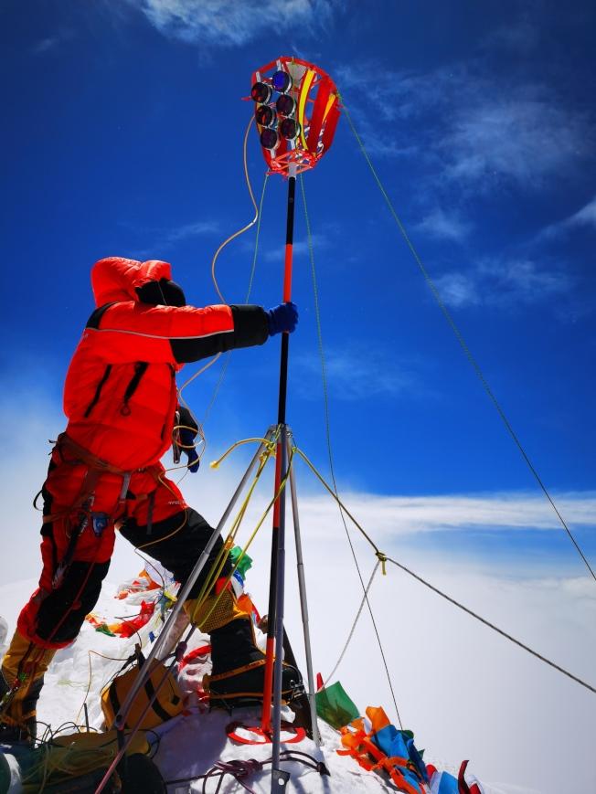 2020珠峰高程測量登山隊5月27日成功登頂世界第一高峰珠穆朗瑪峰。他們將在峰頂豎立覘標,安裝GNSS天線,開展各項峰頂測量工作。45年前的今天,中國人首次將覘標帶至珠峰峰頂。(新華社)