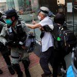 港人舉旗幟、呼口號 抗議「國歌法」 逾300人被捕