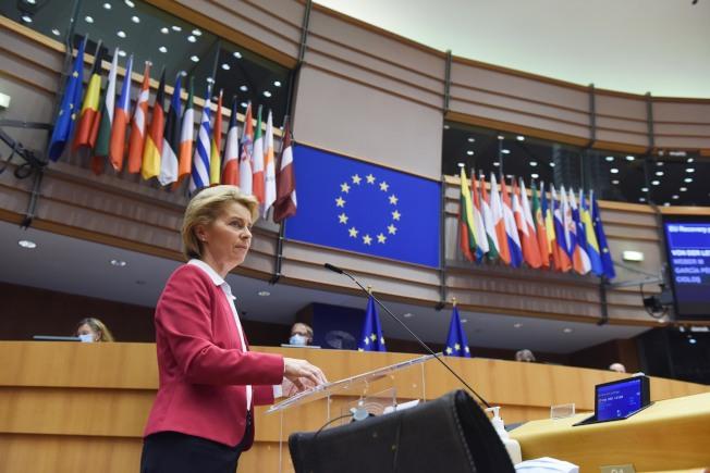 歐盟執委會主席范德賴恩27日提出規模7500億歐元的經濟振興方案。(新華社)