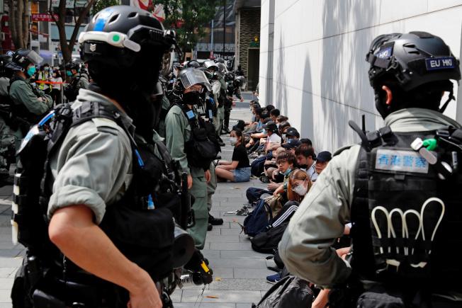 香港警方27日拘捕逾300名示威者。(路透)