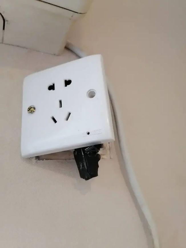 房客見插頭上裝有針孔。(取材自都市快報)