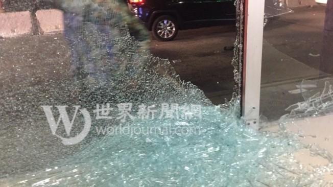 中餐外賣店的玻璃全被敲碎。(Alex提供)