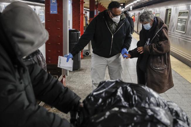 紐約市長白思豪28日表示,自本月5日以來,已有超過1700位流落街頭的遊民同意入院或住進收容所。(美聯社)