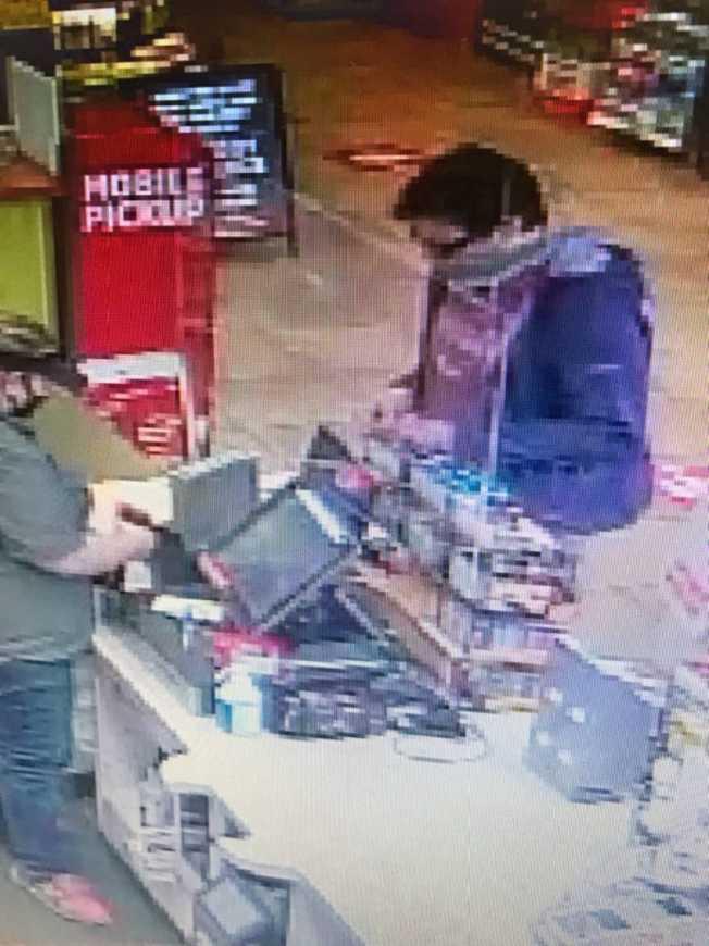 嫌犯在Chambersburg的一家便利店被拍到。(賓州警方提供)