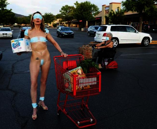 行為藝術家穿著「口罩比基尼」,在超市外抗議政府限制了人民的自由。(擷自每日郵報網站)