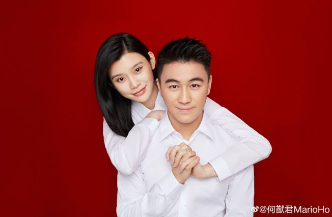 奚夢瑤(左)替何家生下金孫,一舉一動被關注。(取自微博)